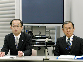 会見する子林氏(左)、永繁氏