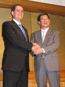 握手するヤナイCEO、島田社長