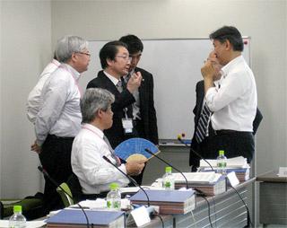 会議を中断して調整を図る委員と厚労省