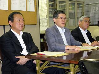 会見する岩淵専務理事(中央)