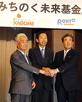 基金設立で会見する(左から)カゴメの喜岡浩二会長、ロート製薬の山田会長兼CEO、カルビーの松本晃会長兼CEO