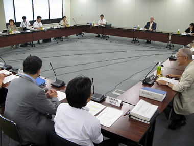 中間報告をまとめた厚科審疾病対策部会会合