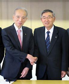 ウエルシアHDの鈴木会長(左)と明薬大の久保理事長