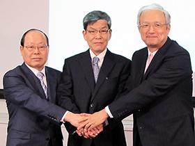 左から能見公一産業革新機構社長、松尾氏、中山氏