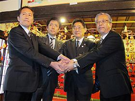 調印式の様子(左中が新日本製薬・後藤孝洋社長、右中が田辺市長)