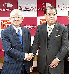 握手する千葉大学齋藤学長(左)と松本氏