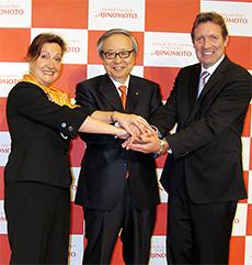 伊藤氏(中央)とアルテア社のマグダ氏(左)、フランソワ・フェレ取締役(右)