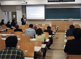 薬局薬剤師や大学関係者らが集まり開かれた第1回目の講演会