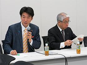 橋本岳事務局長(左)と尾辻会長