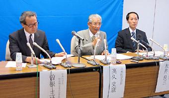 会見する高久日本医学会長(中央)
