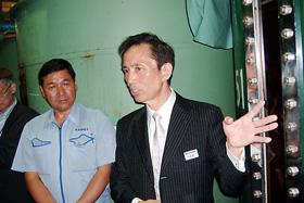 室温37度を超える発酵室で、生産工程などを説明する今井社長(右)