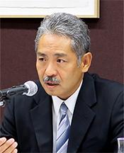 検証結果を説明する平井委員長