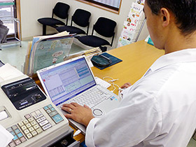 最新の電子薬歴システムが在宅活動を含めた薬局業務の効率化に貢献している