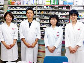 田奈店のスタッフ。左から2人目が関谷薬局長
