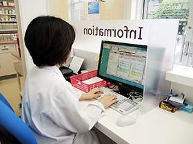 安全な通信回線を用い、データセンターを介して、診療所と薬局間のデータの受け渡しを行う