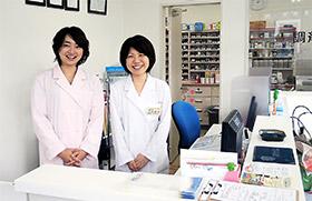 管理薬剤師の入田さん(右)ら薬局のスタッフ
