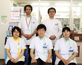 スタッフの皆さん(前列中央が管理薬剤師の高橋さん)