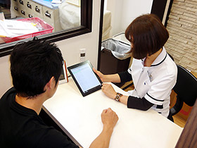 iPadの簡単操作で服薬指導をしながら入力もできる