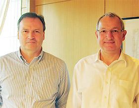シュミッツCEO(右)とマーケティング担当責任者のトニー・ジョーンズ氏