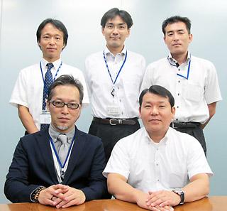 前列左から佐伯氏、本間氏。後列左から安藤氏、流通システム第二部の坂尾剛史氏、同部の小石澤仁氏