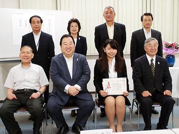 協会役員らとの記念撮影。前列中央が岩城会長と細見さん