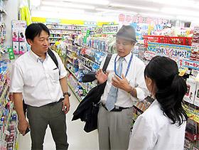 受け入れ先の店舗を視察した小田副会長(中央)