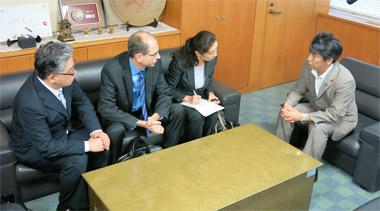 大臣室で田村大臣と面談するエプスタイン社長ら