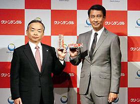 クリーンデンタルへの期待を示す西井社長(左)と中井貴一