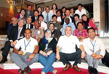 北田会長(前列右から2人目)を囲む研修生と受け入れスタッフ