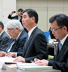 意見陳述に臨む吉田GE薬協会長(中央)