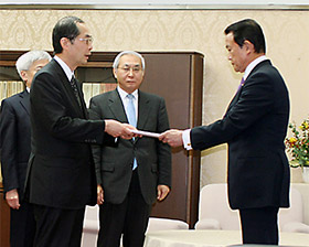 宮川財政審会長が麻生財務相(右)に建議を手渡した