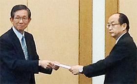 木倉保険局長(右)に意見書を手渡す森田会長