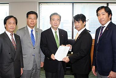 田村厚労相(右から2人目)に決意表明を手渡す鴨下会長