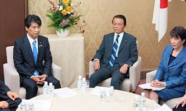 14年度予算案の折衝に臨む田村厚生労働相(左)と麻生財務相