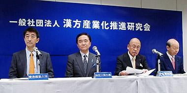 会見する(左から)慶應義塾大学の渡辺教授、神奈川県の黒岩知事、奈良県の荒井知事、富山県の石井知事