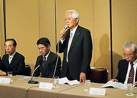 会見する中村会長(左から3人目)ら
