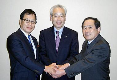 握手を交わす3社長(左から永冨氏、武田氏、重松氏)