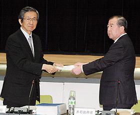 答申書を赤石政務官(右)に手渡す森田会長