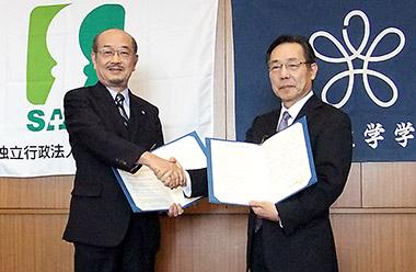 左から北村理事長と村岡薬学部長