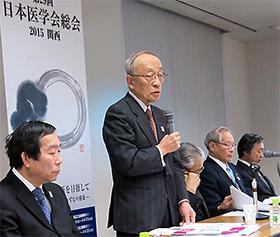 あいさつする井村会頭(左から2人目)