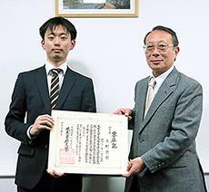博士号を取得した上野氏(左)
