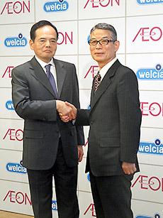 イオンの岡田元也社長(左)とウエルシアHDの池野会長