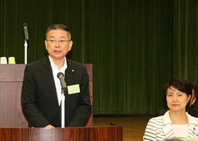あいさつする藤垣会長ととかしき氏(右)