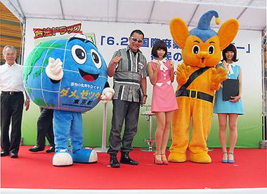 宣言を発した後、プロレスラーの蝶野正洋さん、アイドルユニット「バニラビーンズ」のレナさんとリサさんの2人、「ダメ。ゼッタイ。」君、警視庁のピーポ君と記念写真