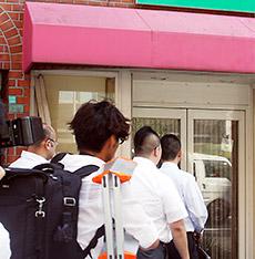 販売店へ立ち入る関係者(大阪市内)
