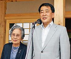 あいさつする大泉理事長(右)と大泉美江子蓼科笹類植物園会長