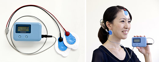 持ち運び可能な手のひらサイズ。額と耳の後ろの2カ所に電極を貼り睡眠時脳波を測定する