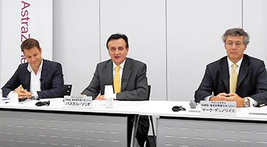 会見するソリオ氏(中央)、デュノワイエ氏(右)、ベルチ氏(左)