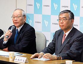 会見する横倉日医会長(左)と山本日薬会長