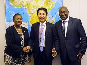 写真は両駐日大使と支援の握手をする大幸薬品の柴田高社長